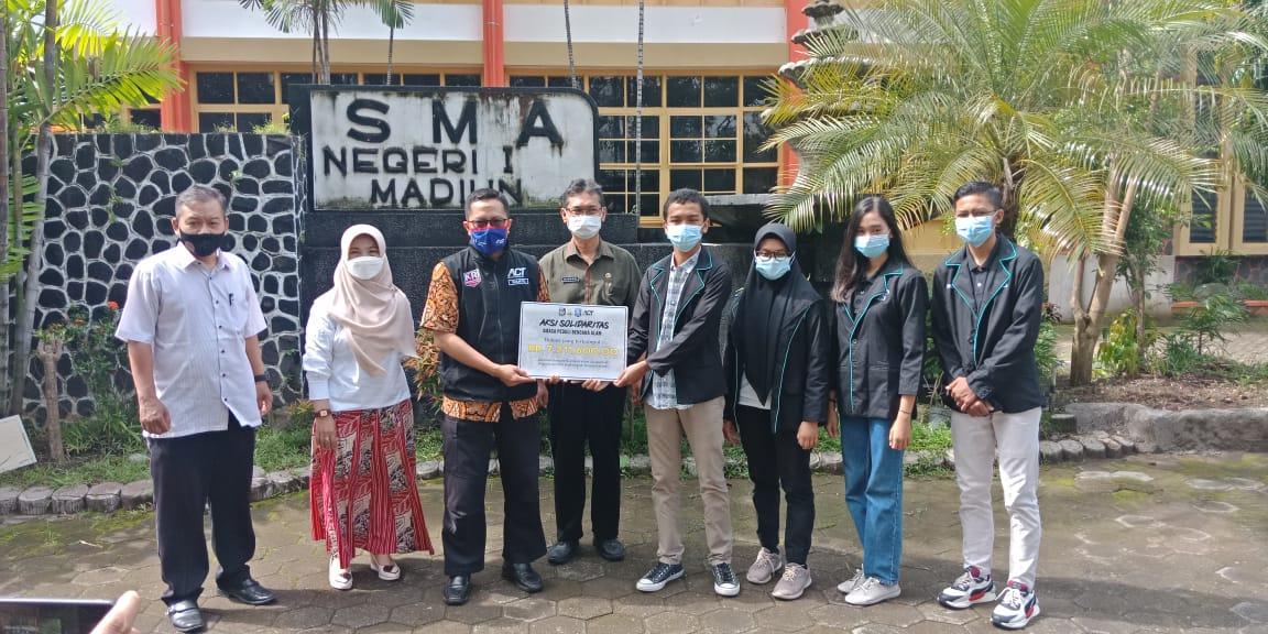 Penyerahan donasi aksi Solidaritas SMASA peduli bencana